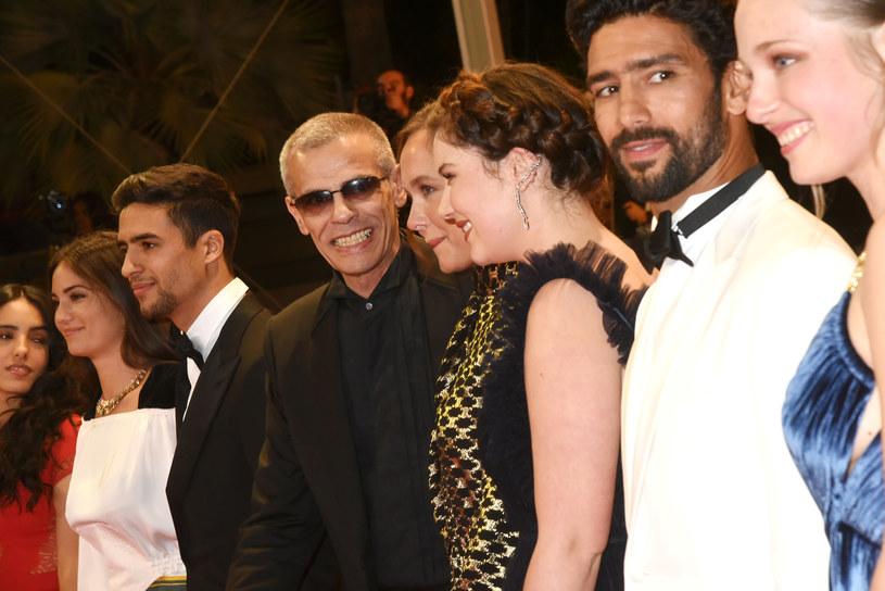 """Pojawiają się coraz bardziej niepokojące doniesienia dotyczące filmu """"Mektoub, My Love: Intermezzo"""". Film zadebiutował podczas festiwalu w Cannes, gdzie został zniszczony przez krytykę. Jednym z jego najbardziej krytykowanych elementów była piętnastominutowa scena niesymulowanego seksu oralnego. Francuska prasa donosi, że reżyser Adbellatif Kechiche miał zmusić aktorów do jej realizacji."""