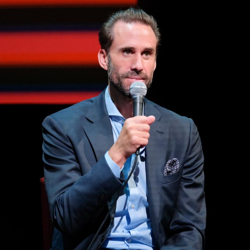 """Jego gwiazda rozbłysła po roli w """"Zakochanym Szekspirze"""". Rolą w serialu """"Opowieści podręcznej"""" zdobył kolejnych fanów. A potem wyjechał na wyprawę do Egiptu kręcić dokument. """"To, czego się nauczyłem, to nie spieszyć się"""" - mówi Joseph Fiennes. Będzie miał, zatem czas, aby obchodzić swoje 49. urodziny."""