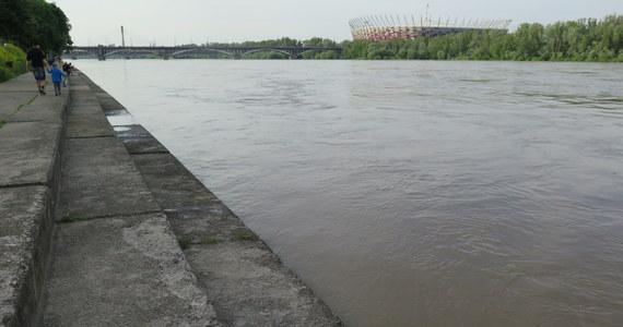 IMGW wydało ostrzeżenia drugiego stopnia przed wezbraniem z przekroczeniem stanów ostrzegawczych w rzekach na Lubelszczyźnie, Dolnym Śląsku i Mazowszu. Kulminacja wezbrania na Wiśle powoli przesuwa się poza lubelski odcinek i we wtorek ma się pojawić w Warszawie - podaje instytut.