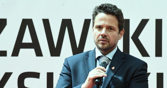 Uspokajam, tak jak mówię, Wisła nie dojdzie nawet do stanu ostrzegawczego - powiedział na konferencji prasowej prezydent Warszawy Rafał Trzaskowski. Przez stolicę przechodzi fala wezbraniowa.