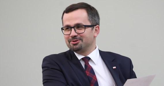 Przewodniczący komisji ds. VAT Marcin Horała powiedział PAP, że jeśli do środy do godz. 10 nie będzie usprawiedliwienia nieobecności Donalda Tuska na przesłuchanie, komisja wystąpi z wnioskiem o jego ukaranie. Mecenas Giertych zamieścił dowód nadania przesyłki poleconej adresowanej do Horały.