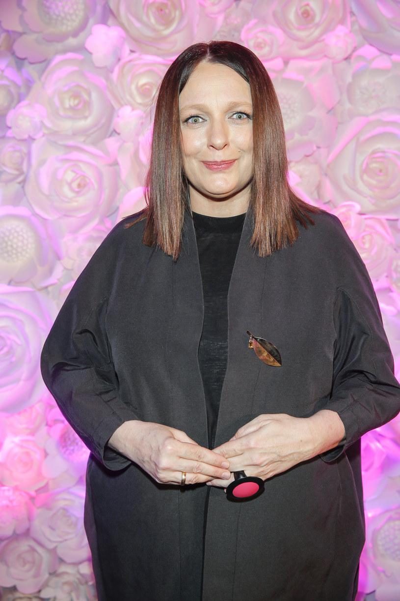 """Po sukcesie książki """"A ja żem jej powiedziała"""" oraz płyty """"Basta"""" Katarzyna Nosowska zdecydowała się na kolejne przedsięwzięcie. Już jesienią wokalistka rusza ze specjalną serią spektakli. Trasa nosi nazwę """"Zamalowane wrota""""."""