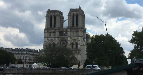 Roboty pracują wewnątrz paryskiej katedry Notre-Dame. Zdalnie sterowane maszyny zbierają z posadzki katedry gruzy, które następnie są sortowane i składowane w specjalnych namiotach - wszystkie średniowieczne fragmenty katedry maja zostać użyte do jej odbudowy. Paryski korespondent RMF FM Marek Gładysz dowiedział się nieoficjalnie, że chodzi o względy bezpieczeństwa. Mimo, że mury świątyni zostały już w dużej części wzmocnione, to ciągle istnieje ryzyko, że spadać mogą do środka zabytkowej budowli np. fragmenty częściowo zniszczonego sklepienia.