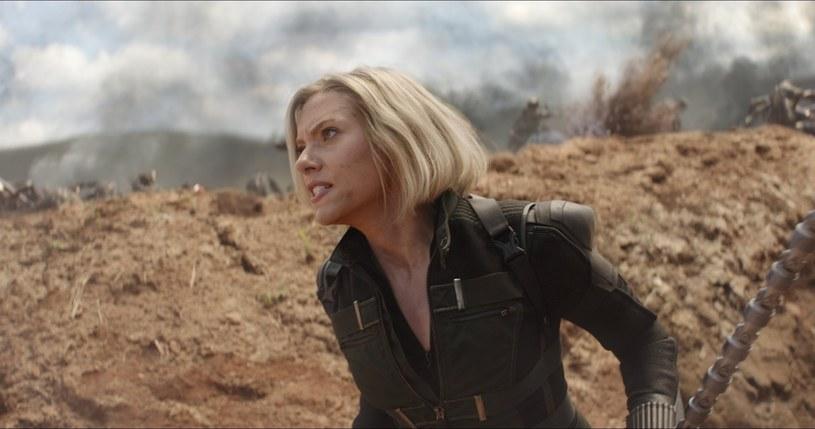 """Chociaż Marvel oficjalnie nie zapowiedział filmów, które mają ukazać się po """"Spider-Manie: Daleko od domu"""", ujawniono daty premier bez przypisanych do nich tytułów. Wielu wiązało dzień 1 maja 2020 roku z zapowiadanym od dawna solowym filmem o przygodach Czarnej Wdowy. Teorie tę potwierdzają zdjęcia Scarlett Johansson z planu w Norwegii, gdzie realizuje ona zdjęcia do jeszcze nienazwanego filmu."""