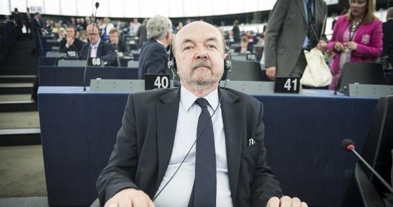 """Prawo i Sprawiedliwość będzie miało w europarlamencie małe wpływy i słabe stanowiska. Obecnie frakcja Europejskich Konserwatystów i Reformatorów (EKR), do której należy PiS, jest na 5. co do wielkości miejscu w Parlamencie Europejskim. A grozi jej spadek na szóste - przyznają rozmówcy RMF FM w PiS, choć równocześnie ważny eurodeputowany Prawa i Sprawiedliwości zastrzega: """"Ważniejsza jest jednak polityka w kraju"""". Osłabienie EKR to rezultat bardzo słabego wyniku brytyjskich torysów w wyborach europejskich i zmienionej konstelacji politycznej. W dodatku deklarującemu swoją proeuropejskość PiS-owi nie po drodze jest ze skrajnie antyeuropejskimi partiami, jak i ugrupowaniami otwarcie wyznającymi europejski federalizm. Przed partią Jarosława Kaczyńskiego ważna i trudna batalia o każdego eurodeputowanego."""