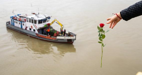 Ukraiński kapitan statku-hotelu, z którym zderzył się przed zatonięciem w Budapeszcie statek wycieczkowy z południowokoreańskimi turystami, został zatrzymany i przesłuchany jako podejrzany - podała węgierska policja. W katastrofie zginęło co najmniej 7 osób.
