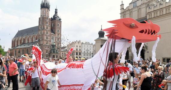 """""""W czterdzieści smoków dookoła świata"""" – to hasło tegorocznej smoczej parady w Krakowie. W najbliższą sobotę i niedzielę 1 i 2 czerwca ulicami grodu Kraka przejdą gadzie stwory. Organizatorzy z Teatru Groteska przekonują, że będzie to cudowna okazja spotkania z różnymi kulturami świata. Potraktujmy tę zapowiedź poważnie, mimo rozrywkowego charakteru imprezy. Zastanówmy się, czym były i czym są smocze postacie w historii i teraźniejszości, w dawnych mitologiach i popkulturze."""