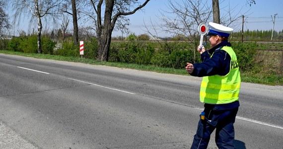 """Biuro Ruchu Drogowego Komendy Głównej Policji zaleca, aby policjanci ruchu drogowego przestali używać wobec kontrolowanych osób form typu """"Pani Anno"""" i """"Pani Andrzeju"""". """"Może to wzbudzać dyskomfort i poczucie zmniejszonego dystansu"""" - brzmi uzasadnienie."""