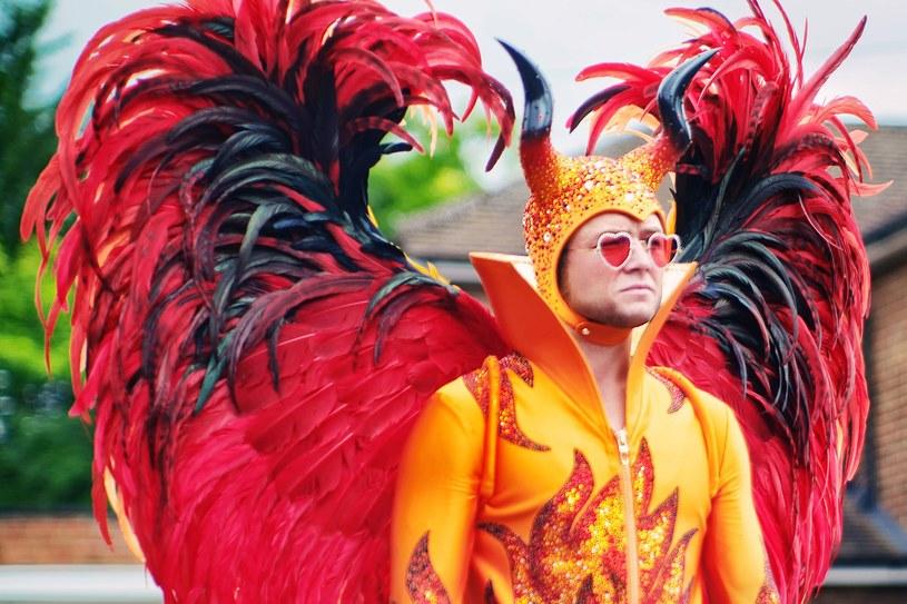 """Kostiumy często bywają drugoplanowymi aktorami. Jednak w filmie """"Rocketman"""" stanowią one ważne tło do opowiedzenia historii Eltona Johna."""