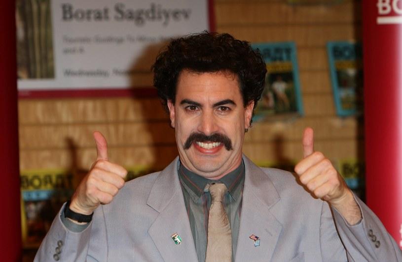 """Niedawno wyszło na jaw, że Sacha Borat Cohen w tajemnicy ukończył zdjęcia do kontynuacji filmu, który przyniósł mu popularność, czyli kultowego """"Borata"""". Podobnie tajemniczo wygląda sprawa, jeśli chodzi o tytuł drugiej części. Na chwilę pojawił się on na jednej z branżowych stron internetowych, by niedługo potem zniknąć. Jeśli nie był to żart, pełny tytuł nowego dzieła Cohena będzie brzmiał """"Borat: Gift of Pornographic Monkey to Vice Premiere Mikhael Pence to Make Benefit Recently Diminished Nation of Kazakhstan""""."""