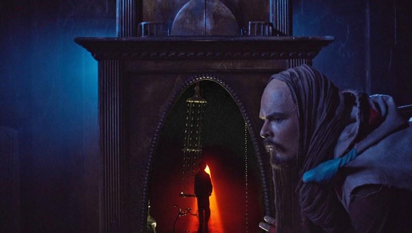 """""""Dzień czekolady"""" jest dla Dawida Ogrodnika debiutem w kinie familijnym. W tym obrazie wciela się w magiczną postać Skoczka Czasu, który pomaga głównym bohaterom, przyjmując zapłatę w czekoladzie."""