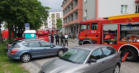 Niecodzienna akcja policji i Służby Celnej w centrum Piły w Wielkopolsce. Podczas kontroli w bezobsługowym salonie gier zamknęły się jego drzwi, a w środku rozpylona została nieznana substancja. Funkcjonariusze, którzy utknęli w środku, wymagali pomocy medycznej.