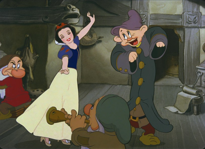 """W 2019 roku Disney wprowadza do kin szereg filmów aktorskich opartych na animacjach studia. Swe premiery mieli już """"Dumbo"""" i """"Aladyn"""", niedługo zadebiutuje """"Król Lew"""". Wytwórnia ma już w planach kolejne filmy. Jednym z nich będzie aktorska wersja """"Królewny Śnieżki"""", która jest bardzo bliska znalezienia reżysera."""