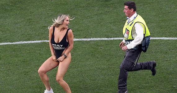 Blondynka w mocno wyciętym kostiumie kąpielowym, która wbiegła na murawę podczas meczu Liverpoolu z Tottenhamem to modelka Kinsey Wolansky. Wywołując skandal, chciała podpromować działalność pewnego prankstera, prywatnie - jej chłopaka.