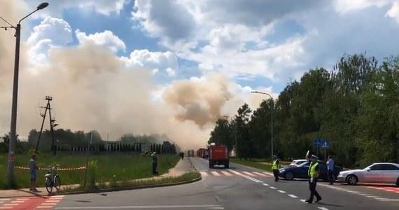 Strażakom udało się opanować pożar wysypiska odpadów wielkogabarytowych w Ostrowie Wielkopolskim. Pojedyncze zastępy nadal dogaszają rozgarnięte przez koparki chałdy śmieci. By mieć pewność, że ogień nie będzie się rozprzestrzeniał - strażacy będą dyżurować na pogorzelisku do rana.