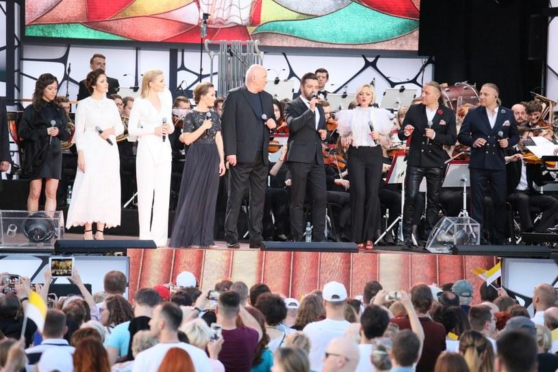 """W niedzielę (2 czerwca) na placu Piłsudskiego w Warszawie odbył się specjalny koncert """"Wsłuchiwać się w Papieża"""". Widowisko transmitowała TVP1."""