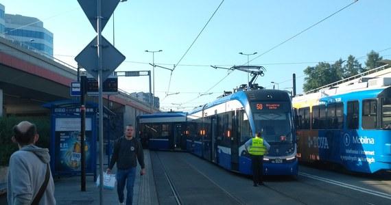 Na rondzie Mogilskim w Krakowie wykoleił się tramwaj linii numer 50. Przez godzinę zablokowany był ruch tramwajów w stronę Dworca Głównego.
