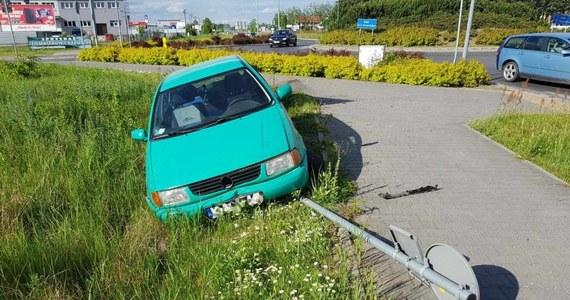 Ostrołęcka drogówka po pościgu zatrzymała w sobotę mężczyznę, który prawie dwukrotnie przekroczył prędkość i próbował przejechać umundurowanego policjanta. Okazało się, że kierowca był kompletnie pijany.