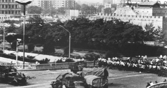200 demonstrantów, w tym 36 studentów, zginęło w masakrze na pekińskim Placu Tiananmen – poinformowały tamtejsze władze. Czołgi zaatakowały tam kilkutysięczną demonstrację studentów, którzy okupowali Plac Niebiańskiego Spokoju.