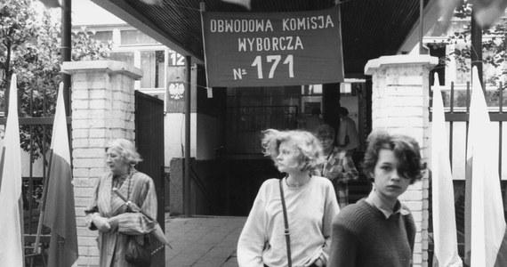 Nie ukrywam, że 4 czerwca 1989 roku ma w mojej pamięci szczególne miejsce. I mimo usilnych prób przechwycenia tej daty przez jedną stronę polskiego sporu, nie sądzę, by miał to miejsce utracić. Wszystko przez to, że wciąż dobrze pamiętam nadzieję, radość i dumę z tego co się wtedy wydarzyło. I wciąż doceniam decyzję większości wyborców, by w pełni odrzucić całą podłość i kłamstwo PRL-u. Bez względu na to, co myślimy o dalszym rozwoju sytuacji, musimy przyznać, że egzamin z demokracji w większości zdaliśmy w tamtą niedzielę celująco.