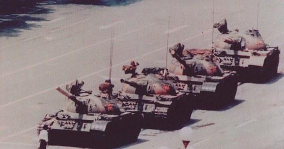 """Co najmniej 10 tys. osób straciło życie w masakrze na pekińskim Placu Tiananmen w czerwcu 1989 roku - wynika z dokumentu brytyjskiej dyplomacji, który został odtajniony pod koniec 2017 roku. 4 czerwca czołgi zaatakowały kilkutysięczną demonstrację studentów, którzy okupowali Plac Niebiańskiego Spokoju. """"Oficjalnie"""" liczbę śmiertelnych ofiar podaje się w przedziale od 200 osób do 2,7 tysięcy."""