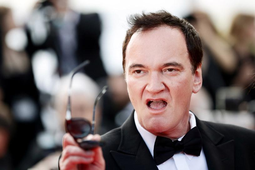 """Podczas gdy wszyscy zastanawiają się nad tym, jaki będzie jego kolejny, zgodnie z zapowiedziami ostatni w karierze film, sam Quentin Tarantino kipi pomysłami niezwiązanymi z kinem. Po wydaniu debiutanckiej książki na podstawie swojego filmu """"Pewnego razu… w Hollywood"""", teraz myśli o wystawieniu sztuki teatralnej, też opartej na tym filmie."""