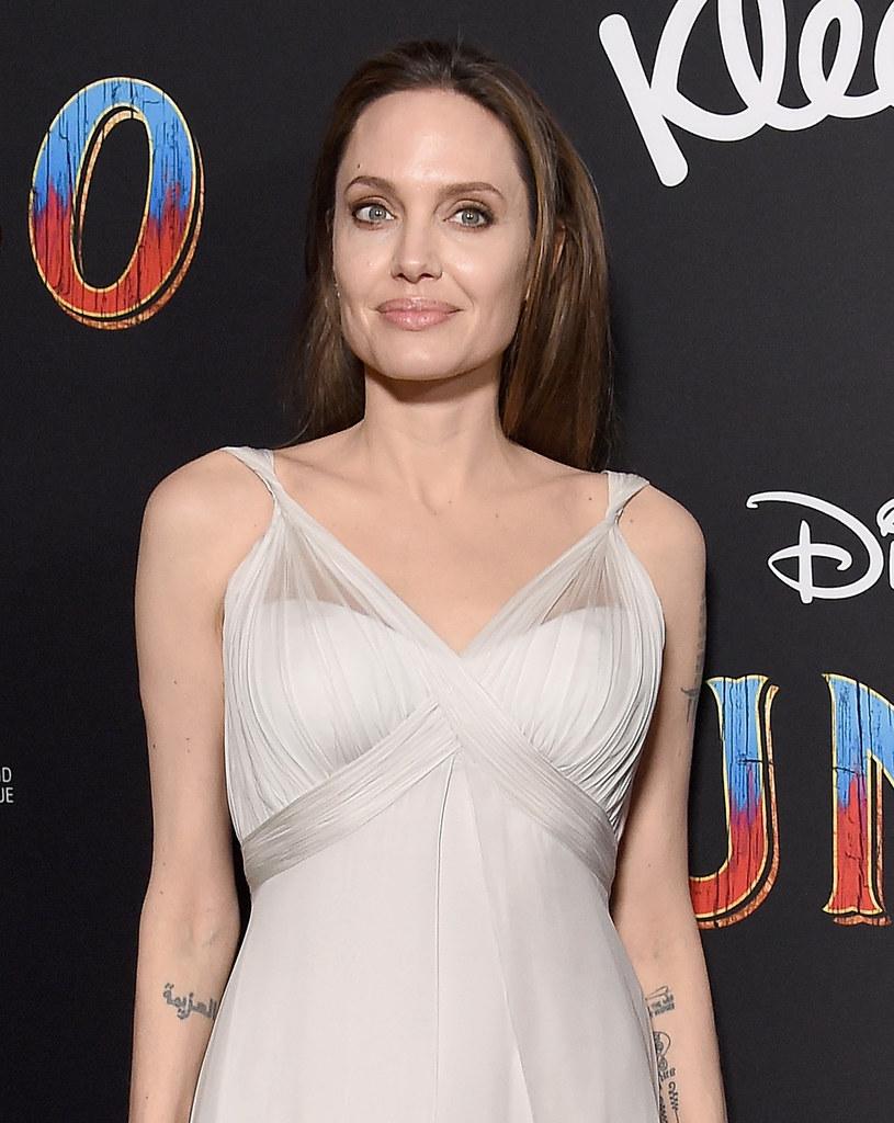 """""""Those Who Wish Me Dead"""" - tak nazywa się dreszczowiec, który zafundowała sobie na urodziny - 4 czerwca gwiazda skończyła 44 lata - Angelina Jolie. To historia kobiety-strażaka, która ratuje 10-letniego chłopca, świadka morderstwa, przed śmiercią z rąk nasłanych zabójców. Zdjęcia ruszyły na początku maja."""