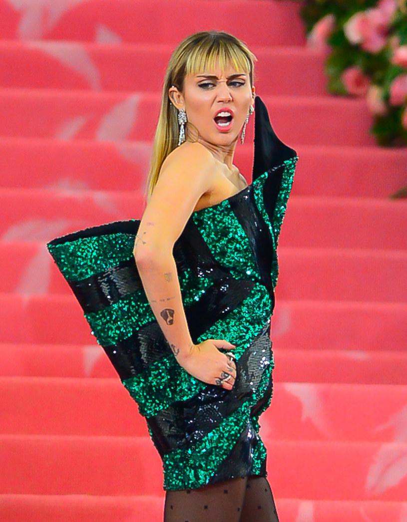 Popularne gwiazdy muszą liczyć się z tym, że wielu fanów chce nie tylko zobaczyć je na żywo, czasami też dotknąć czy wykonać jakiś niestosowny ruch, który narusza ich granice prywatności. Tak było ostatnio z Miley Cyrus, na którą wprost rzucił się obcy mężczyzna, chcąc ją pocałować.