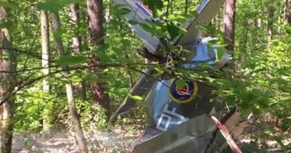 Częstochowska prokuratura ma już wstępne wyniki sekcji zwłok pilota, który zginął w piątkowym wypadku w miejscowości Napoleon pod Kłobuckiem. Specjaliści poinformowali, że przyczyną śmierci 41-latka z Torunia był uraz wielonarządowy. Mężczyzna rozbił się lecąc samolotem stylizowanym na Spitfire'a z okresu II wojny światowej.