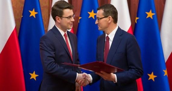 Premier Mateusz Morawiecki wyznaczył na stanowisko rzecznika prasowego rządu, sekretarza stanu w Kancelarii Premiera - Piotra Müllera. Na tym stanowisku zastąpi Joannę Kopcińską, która została wybrana do Parlamentu Europejskiego.