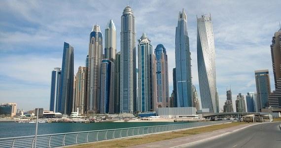 Miliarder z Indii stał się pierwszym posiadaczem złotej karty uprawniającej do stałego pobytu w Zjednoczonych Emiratach Arabskich. Ich władze wytypowały 6,8 tys. biznesmenów i specjalistów, których majątek wart jest 27 mld dol. Inicjatywa ma przyciągać kapitał.