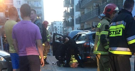 Groźny wypadek w Zielonej Górze w Lubuskiem. Samochód osobowy wjechał tam na plac zabaw.