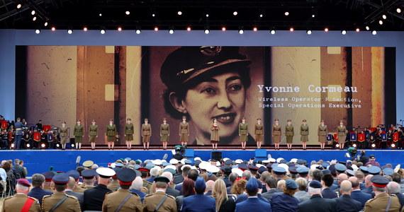 Brytyjska królowa Elżbieta II i liderzy piętnastu państw - w tym prezydenci USA Donald Trump i Francji Emmanuel Macron oraz premier Mateusz Morawiecki - oddali w środę hołd weteranom, świętując 75. rocznicę lądowania aliantów w Normandii.