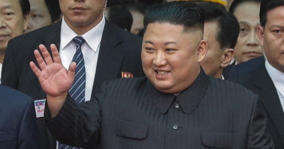 Słynne masowe pokazy gimnastyczno-taneczne w Korei Płn. będą wstrzymane w związku z krytyką ze strony przywódcy kraju Kim Dzong Una, któremu nie przypadła do gustu tegoroczna edycja widowiska – podały w środę biura podróży organizujące wycieczki do Korei Płn.