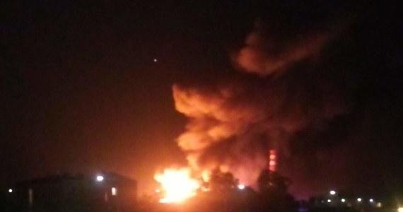 Od kilku godzin strażacy walczą z pożarem na terenie firmy w Jaworze na Dolnym Śląsku. Ogień pojawił się w jednej z hal, gdzie znajdowały się odpady. Z pożarem walczy stu strażaków.