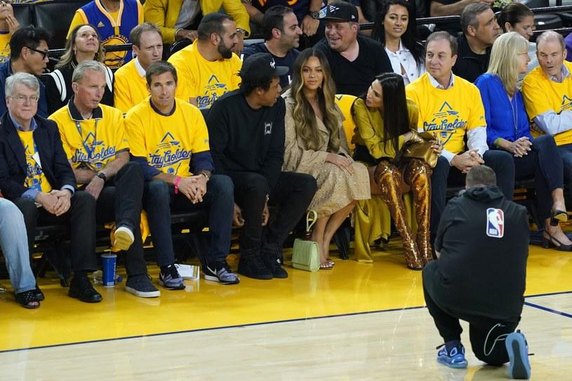 Beyonce i Jay-Z pojawili się na trzecim meczu finałowym NBA pomiędzy Toronto Raptors i Golden State Warriors. Uwagę fanów wokalistki przykuł jej wyraz twarzy, gdy jej mąż rozmawiał z siedzącą obok Nicole Curran.