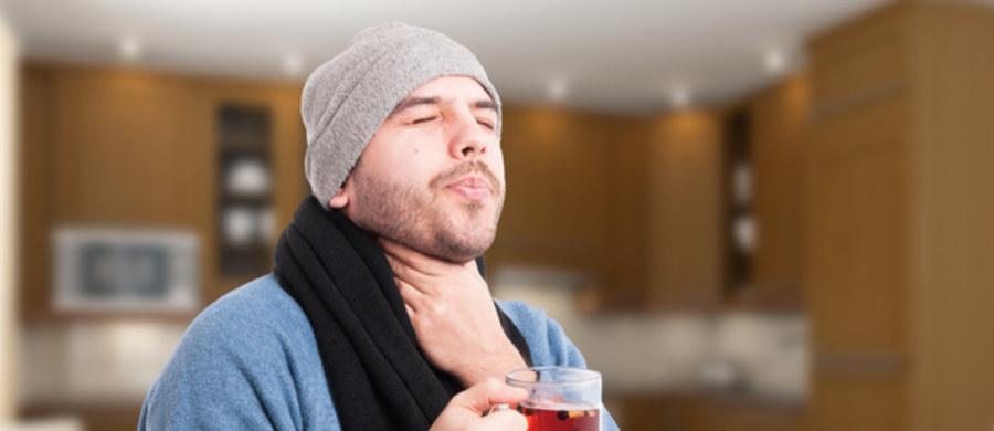 Domowe sposoby są często wykorzystywane do leczenia np. bólu gardła, kaszlu czy kataru. Jednak co w przypadku poważniejszych dolegliwości, takich jak ostre zapalenie gardła? Aby dobrze zrozumieć temat, warto byłoby dowiedzieć się, co jest pierwotną przyczyną takiego zapalenia.
