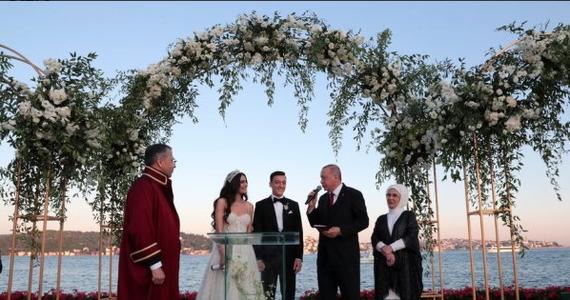 Mistrz świata z 2014 roku Mesut Oezil poślubił w Stambule Amine Guelse, a świadkiem na ślubie byłego reprezentanta Niemiec był prezydent Turcji Recep Tayyip Erdogan. Piłkarz zrezygnował z gry w kadrze w lipcu 2018 r. po mistrzostwach świata.