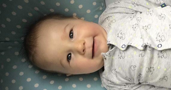 Kacperek urodził się w grudniu 2018 roku. Po ponad 3 miesiącach zdiagnozowano u niego rdzeniowy zanik mięśni typu I. Rodzina zbiera pieniądze na najdroższy lek na świecie, który kosztuje ponad 2 miliony dolarów.