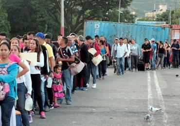 Kryzys w Wenezueli: Ludzie masowo przekraczają granicę z Kolumbią