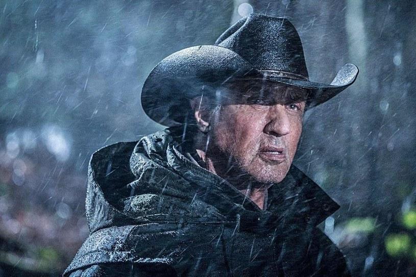 """Nowy film o Johnie Rambo - o podtytule """"Ostatnie krew"""", wejdzie na ekrany polskich kin 20 września. Na razie fanom bohatera kreowanego przez Sylvestra Stallone musi wystarczyć polski zwiastun, który właśnie trafił do sieci. Widać, że film będzie przepełniony mrokiem i brutalnością."""