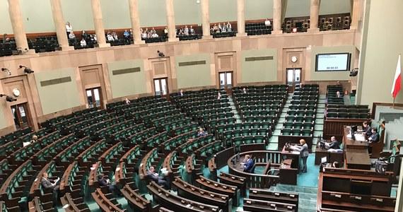 """Jeśli wybory do Sejmu odbyłyby się w tym tygodniu, wygrałaby je Zjednoczona Prawica-Prawo i Sprawiedliwość zdobywając 41,5 proc. głosów – wynika z sondażu IBRIS dla """"Dziennika Gazety Prawnej"""", dziennik.pl, RMF24.PL i RMF FM. PiS osiągnęłoby taki wynik, gdyby mierzyło się z opozycją zjednoczoną w szerokiej koalicji (PO-PSL-Wiosna-SLD-Nowoczesna-Zieloni), która mogłaby liczyć na 38,2 proc. głosów. Byłyby to jedyne ugrupowania, które dostałyby się do Sejmu."""