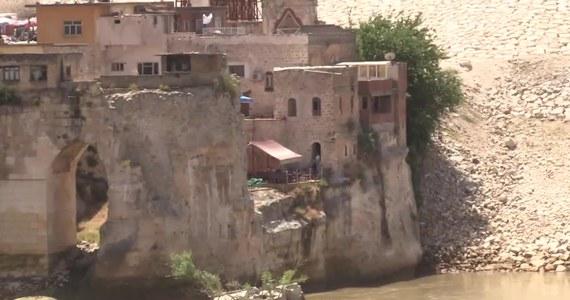 Starożytne tureckie miasto wkrótce zniknie pod wodą. W regionie Batman w Turcji powstaje tama, która ma generować około 1200 megawatów energii elektrycznej, a Hasankeyf leży na obszarze zalewowym zbiornika zaporowego. 10 czerwca ma zostać on wypełniony, a wtedy liczące około 12 tysięcy lat miasto zaleje woda.