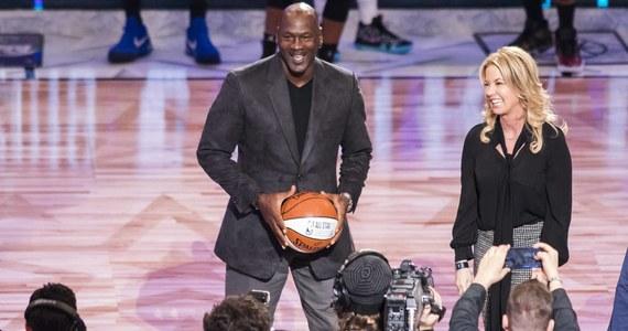 Legendarny koszykarz Michael Jordan, obecnie właściciel klubu ligi NBA Charlotte Hornets, przekazał 1,1 mln dolarów szkole średniej w Wilmington w stanie Karolina Północna, którą ukończył w 1981 roku - poinformował jeden z portali tego wschodniego stanu USA.