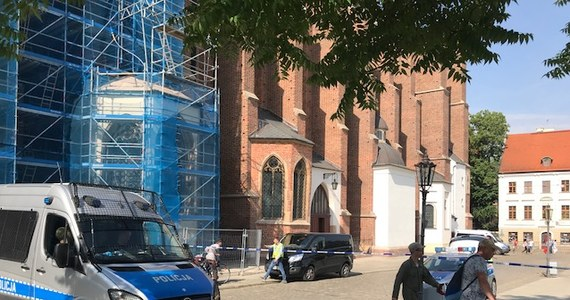 57-letni mężczyzna zaatakował księdza przed kościołem przy ul. św. Jadwigi we Wrocławiu. Sprawca ugodził duchownego nożem w klatkę piersiową. Poszkodowany jest w szpitalu.