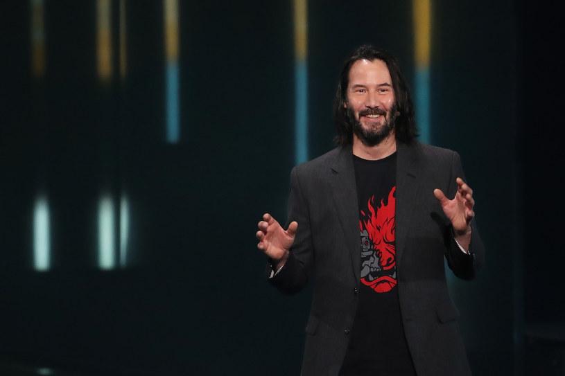 """9 czerwca podczas trwających w Los Angeles targów E3 zaprezentowano zwiastun """"Cyberpunk 2077"""", nowej produkcji polskiego studia CD Projekt RED, twórców serii gier na podstawie """"Wiedźmina"""" Andrzeja Sapkowskiego. Prezentację zaszczycił swoją obecnością aktor Keanu Reeves, który użyczył swojego wizerunku i głosu jednej z postaci."""