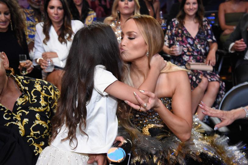 """Córka Jennifer Lopez pojawiła się na scenie obok mamy na koncercie otwierającym trasę koncertową wokalistki """"It's My Party Tour"""". Choć ma zaledwie 11 lat pokazała duży talent wokalny i wzruszyła nie tylko obecnych na koncercie fanów, ale też samą J.LO."""
