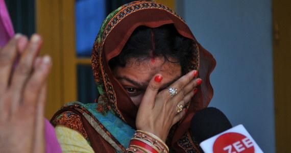 Indyjski sąd skazał na dożywocie trzech głównych oskarżonych w głośnej sprawie gwałtu i zabójstwa 8-letniej muzułmańskiej dziewczynki. Wśród skazanych są hinduistyczny kapłan oraz policjanci. Po tej sprawie rząd zaostrzył kary za przestępstwa wobec dzieci.