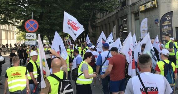 Rada nadzorcza JSW odwołała ze stanowiska prezesa Daniela Ozona. W Warszawie przed siedzibą Ministerstwa Energii w obronie swojego prezesa manifestowali górnicy z Jastrzębia.