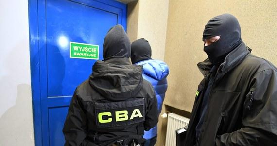 11 osób zostało zatrzymanych przez funkcjonariuszy Centralnego Biura Antykorupcyjnego w związku ze sprawą zamówień publicznych o wartości ponad 30 mln zł realizowanych na rzecz Poczty Polskiej.